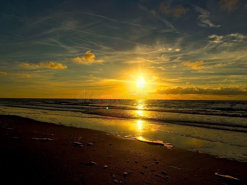 Sonnenuntergang über niederländischem Strand stockfoto