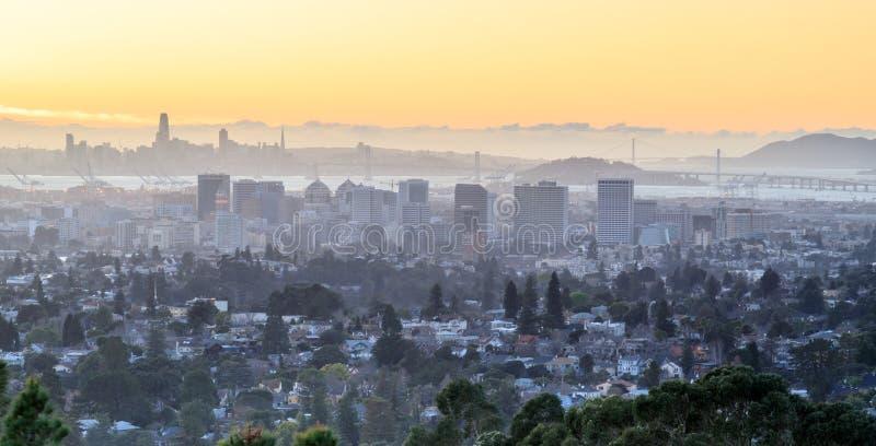 Sonnenuntergang über Oakland und San Francisco Hazy Skylines lizenzfreie stockbilder