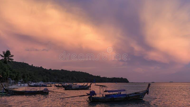 Sonnenuntergang über Phi Phi Don Island in Krabi, Thailand lizenzfreie stockfotos