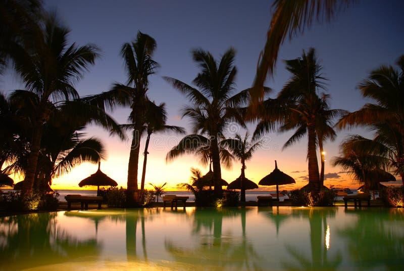 Sonnenuntergang über Pool an der Rücksortierung stockfotografie