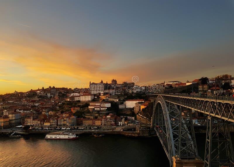 Sonnenuntergang über Porto und dem Duero-Fluss stockbild