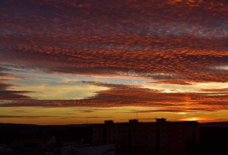 Sonnenuntergang über Prag-Vorort - Phase 3 lizenzfreies stockfoto