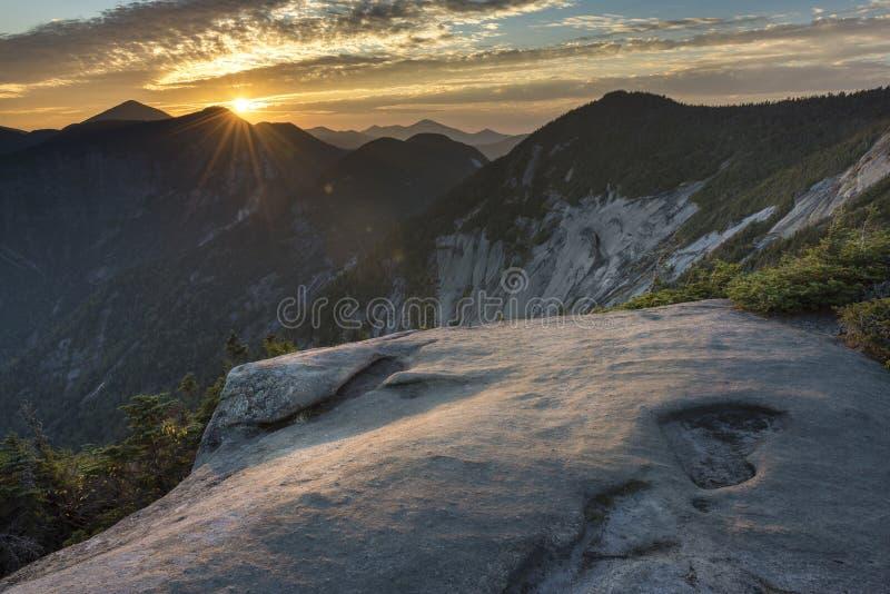Sonnenuntergang über Pyramiden-Spitze in den Adirondack-Bergen stockfoto