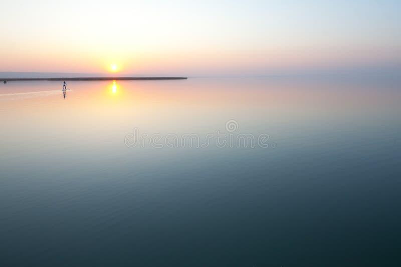 Sonnenuntergang über ruhigem See lizenzfreies stockfoto