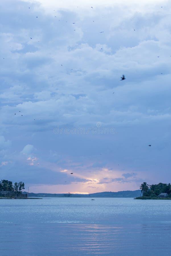 Sonnenuntergang über See in Flores, Petén, Guatemala stockbilder