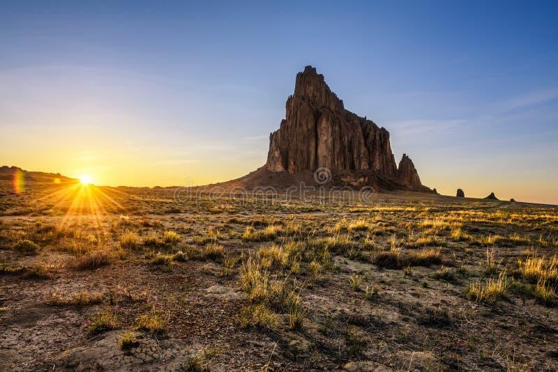 Sonnenuntergang über Shiprock im New Mexiko stockfotos