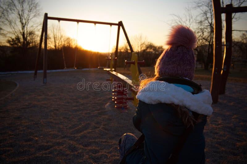Sonnenuntergang über Spielplatz lizenzfreie stockfotografie