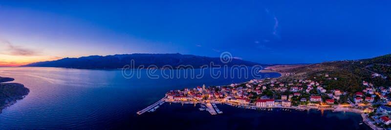 Sonnenuntergang über Stadt in Kroatien, Luftpanorama von Vinjerac, nahe Zadar lizenzfreies stockfoto