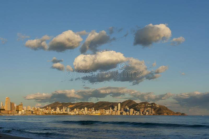 Sonnenuntergang über Stadt und Wolken stockfotos