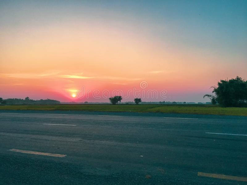 Sonnenuntergang über Straße im terai stockfotos