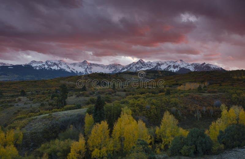 Sonnenuntergang über Strecke Sans Juan Mountain und Autumn Fall-Farbe Dallas Divide Ridgways, Colorado stockfotos