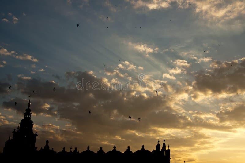Sonnenuntergang über sukiennice in Krakau lizenzfreies stockbild
