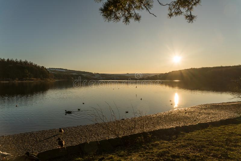 Sonnenuntergang über Swinsty-Reservoir nahe Harrogate in North Yorkshire lizenzfreies stockfoto