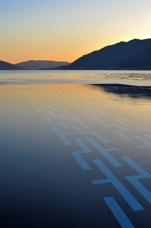 Sonnenuntergang über Unbegrenztheitspool lizenzfreie stockfotos