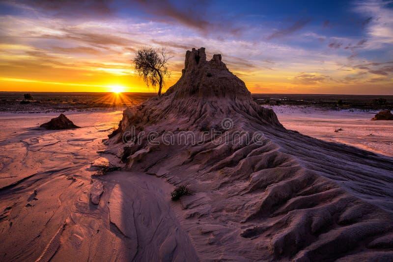 Sonnenuntergang über Wänden von China in Mungo National Park, Australien lizenzfreie stockbilder