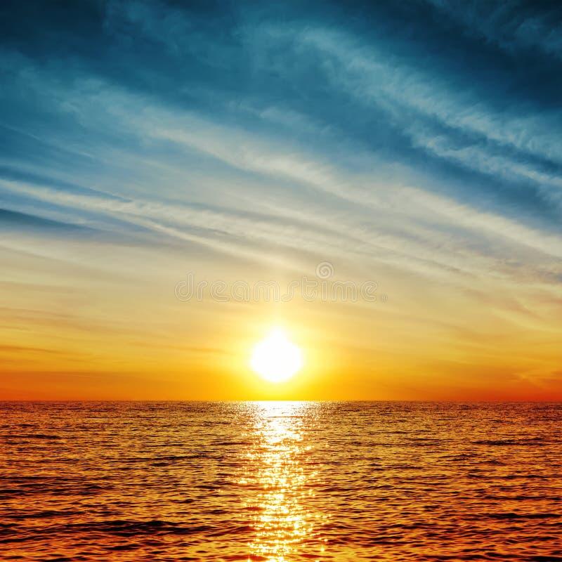 Sonnenuntergang über Wasser stockbild