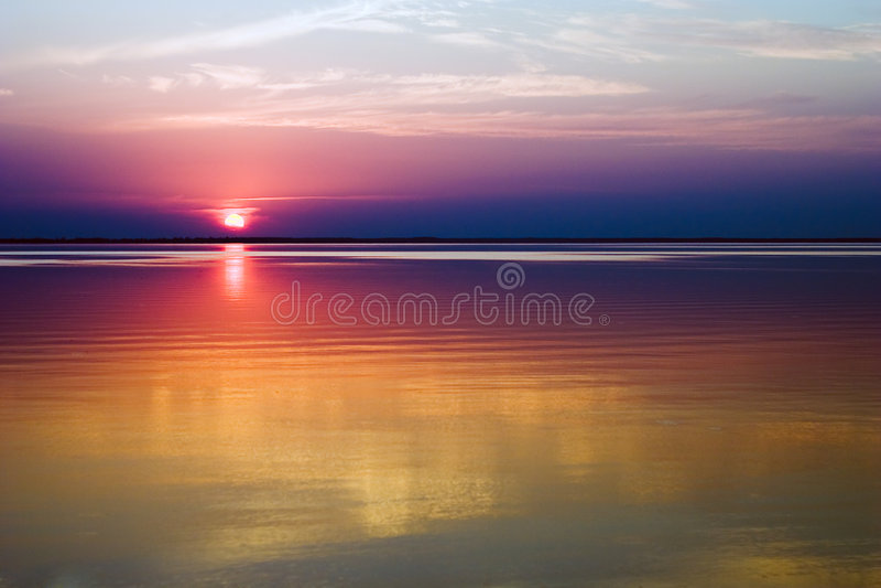 Sonnenuntergang über Wasser stockfotos