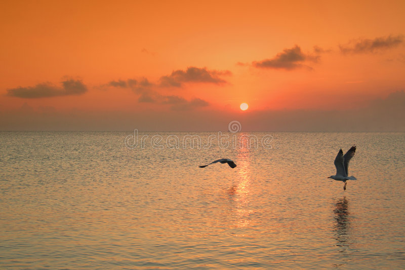 Sonnenuntergang über Wasser in Griechenland stockbilder