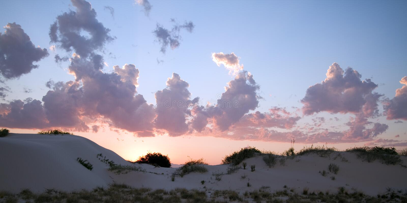 Sonnenuntergang über Weiß versandet nationales Denkmal lizenzfreie stockfotografie