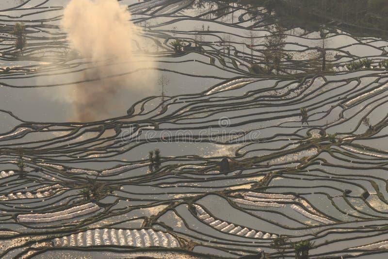 Sonnenuntergang über YuanYang-Reisterrassen in Yunnan, China, eine der spätesten UNESCO-Welterbestätten stockbild