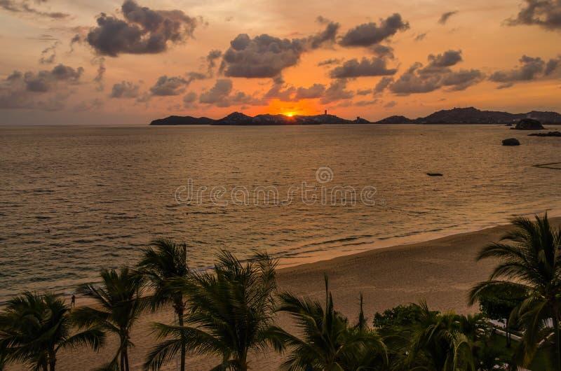 Sonnenuntergang an Acapulco-Strand stockfoto