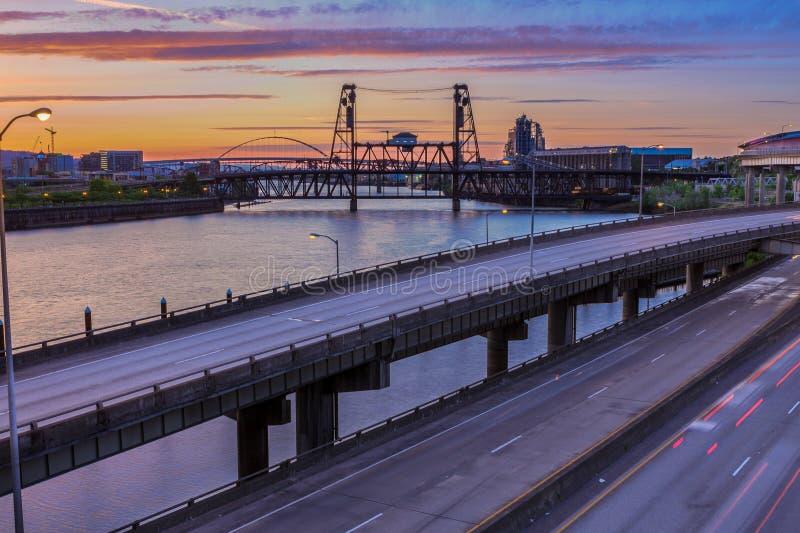 Sonnenuntergang-Ansicht über zwischenstaatliche 5 in Portland Oregon lizenzfreies stockfoto