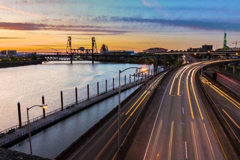 Sonnenuntergang-Ansicht über zwischenstaatliche 5 in Portland Oregon lizenzfreie stockfotos