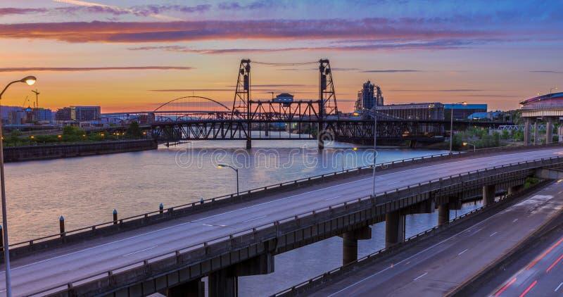 Sonnenuntergang-Ansicht über zwischenstaatliche 5 in Portland Oregon stockfotografie