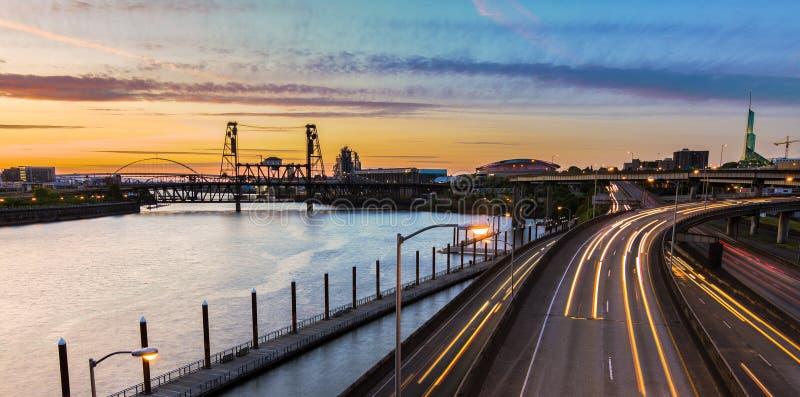 Sonnenuntergang-Ansicht über zwischenstaatliche 5 in Portland Oregon stockfotos