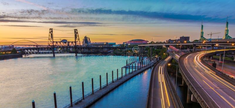 Sonnenuntergang-Ansicht über zwischenstaatliche 5 in Portland Oregon lizenzfreies stockbild