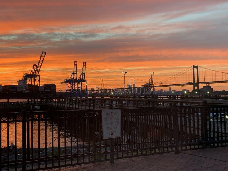 Sonnenuntergang-Ansicht des Hafens von Philadelphia lizenzfreie stockbilder