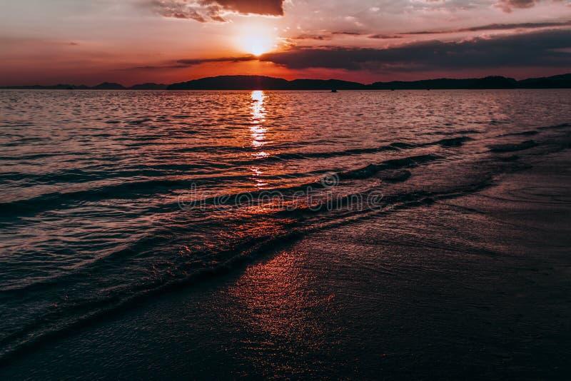 Sonnenuntergang in AO Nang Thailand lizenzfreie stockbilder