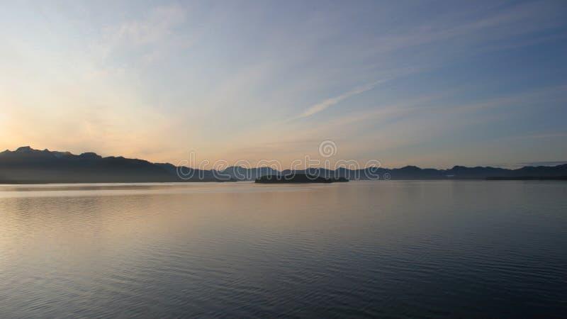 Sonnenuntergang auf Alaska innerhalb des Durchganges stockbilder