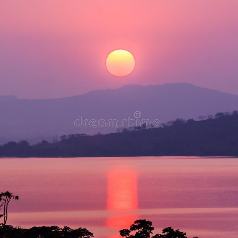 Sonnenuntergang auf Berg und See stockfotografie
