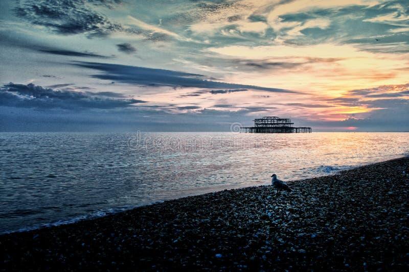 Sonnenuntergang auf Brighton Beach lizenzfreie stockfotos