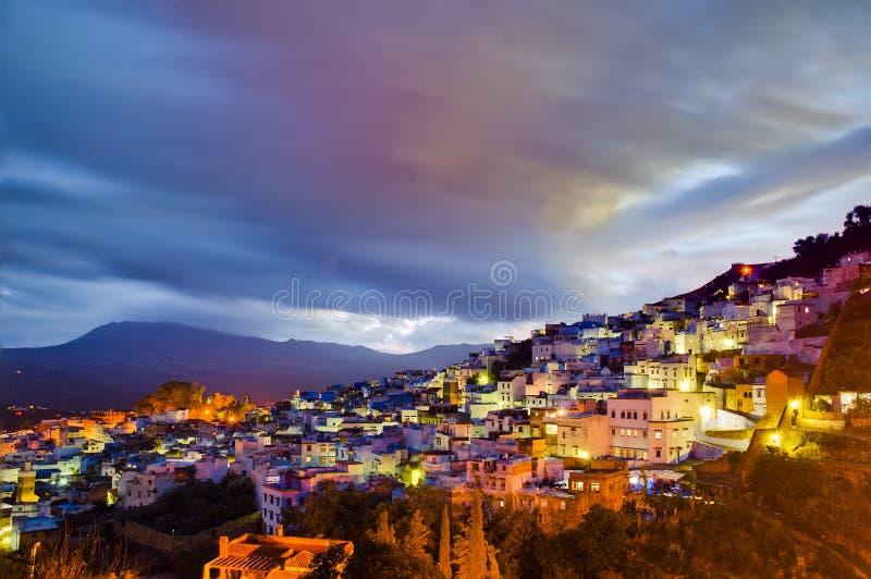 Sonnenuntergang auf Chefchaouen blauer Stadt bei Marokko lizenzfreie stockfotografie