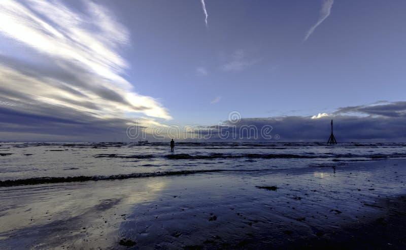 Sonnenuntergang auf Crosby-Strand im Winter, Crosby, Liverpool, Großbritannien lizenzfreie stockbilder
