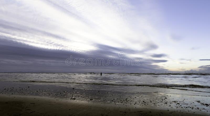 Sonnenuntergang auf Crosby-Strand im Winter, Crosby, Liverpool, Großbritannien stockfoto