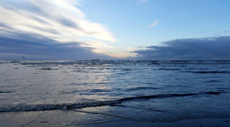 Sonnenuntergang auf Crosby-Strand im Winter - Panorama, Crosby, Liverpool, Großbritannien stockbilder