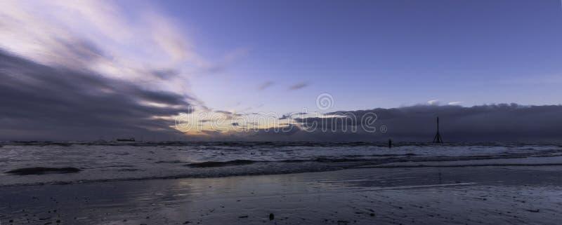 Sonnenuntergang auf Crosby-Strand, Crosby, Liverpool, Großbritannien lizenzfreie stockfotos