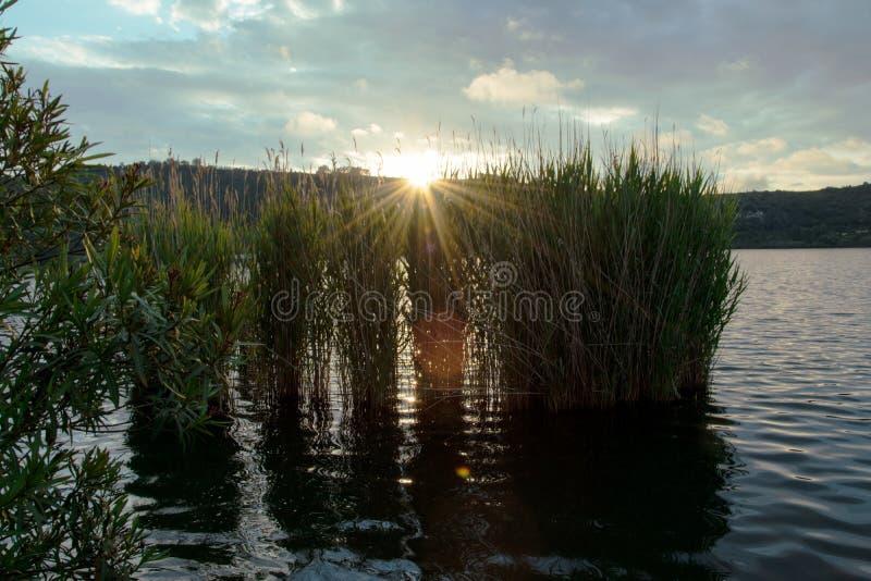 Sonnenuntergang auf dem Averno See, Pozzuoli stockbilder