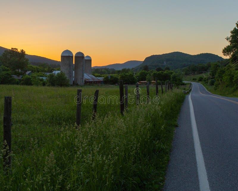 Sonnenuntergang auf dem Bauernhof stockfotografie