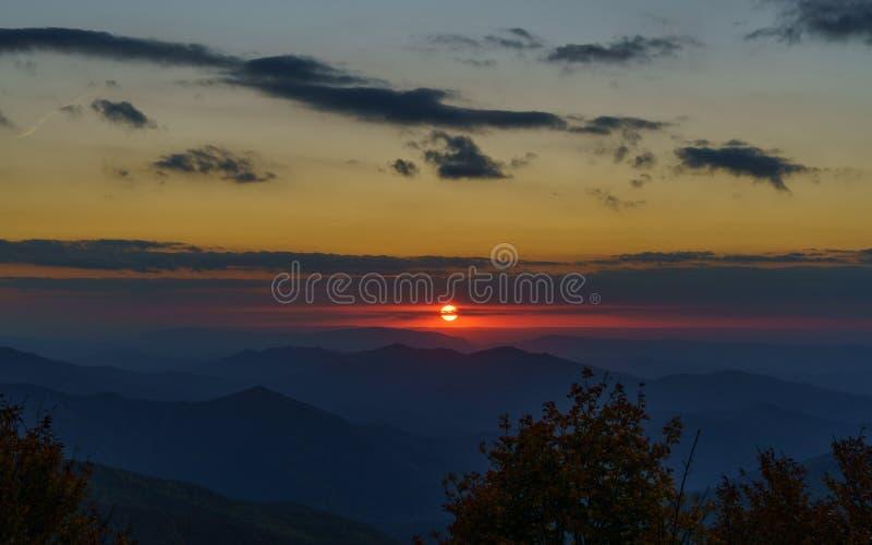 Sonnenuntergang auf dem Cherohala Skyway stockbild