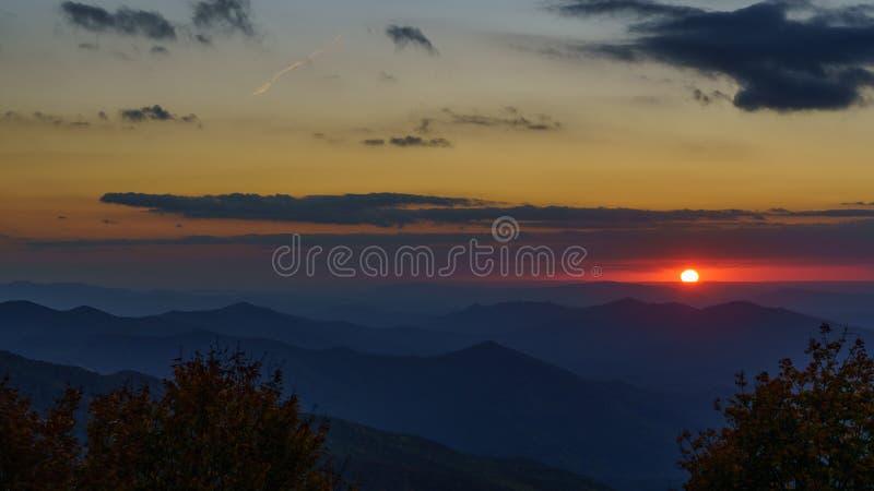 Sonnenuntergang auf dem Cherohala Skyway stockfotos