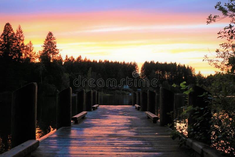 Sonnenuntergang auf dem Dock lizenzfreie stockfotografie