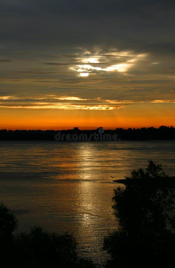 Sonnenuntergang auf dem Fluss Mississipi lizenzfreies stockbild