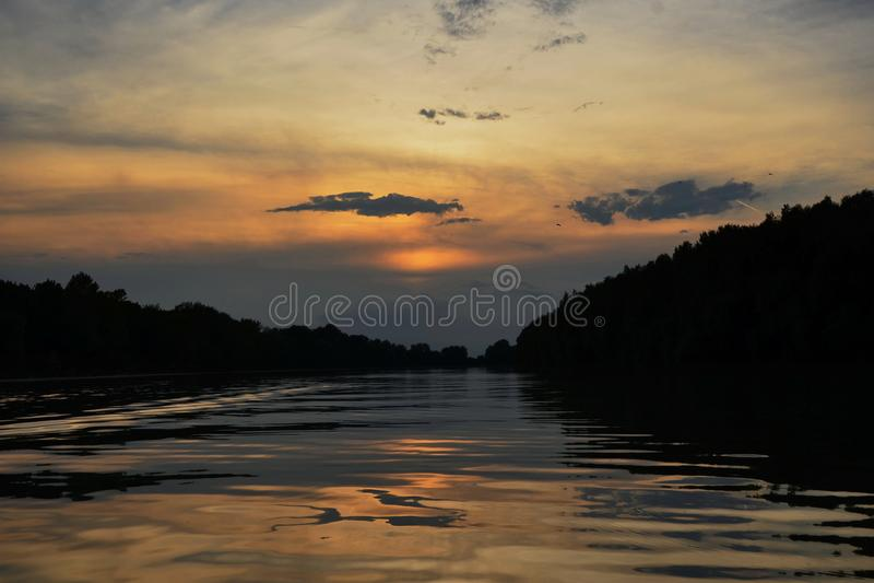 Sonnenuntergang auf dem Fluss Tisa stockfotografie