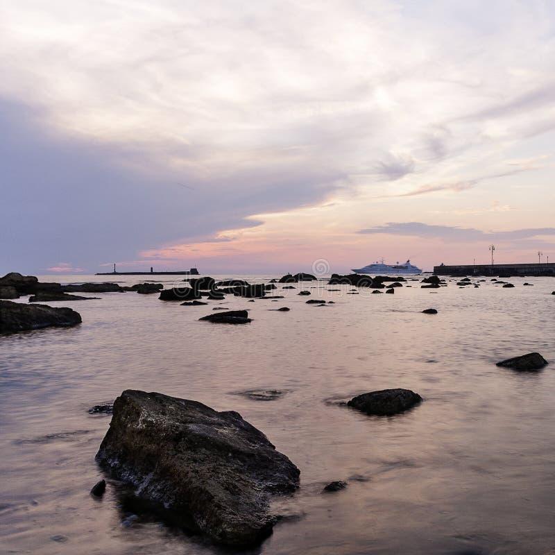 Sonnenuntergang auf dem Hafen stockfotos