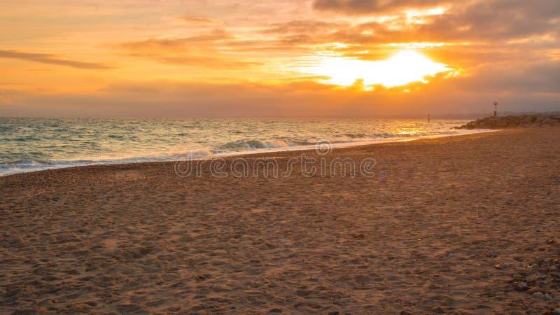 Sonnenuntergang auf dem Horizont eines ruhigen Strandes lizenzfreies stockbild