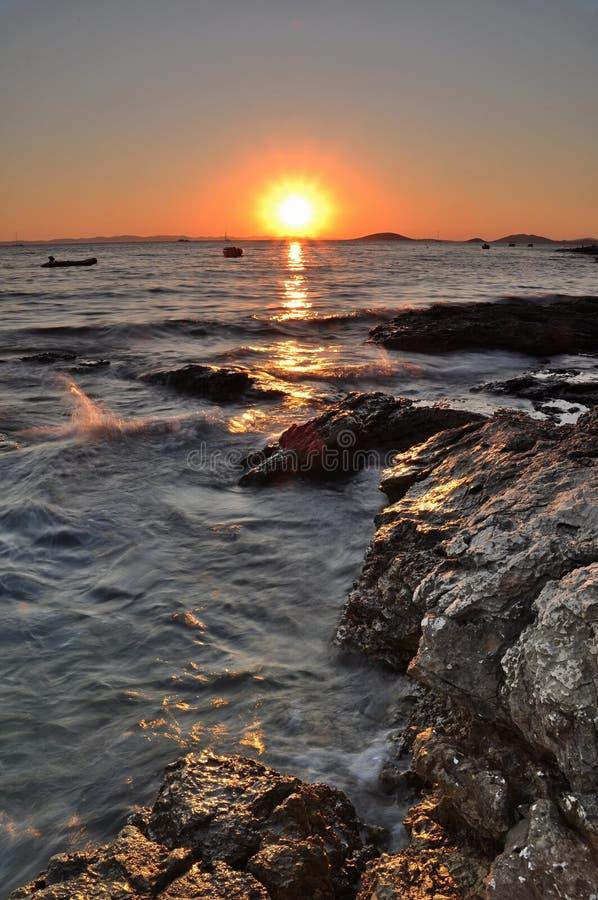 Sonnenuntergang auf dem kroatischen Strand, Murter, Kroatien nahe zu Sibenik stockfotografie